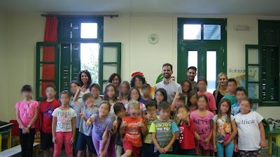Ομαδική φωτογραφία με παιδιά