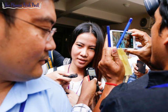Kem Sokha's alleged mistress, Khom Chandaraty (centre), also known as Srey Mom, leaves Phnom Penh Municipal Court in June after facing questioning. Pha Lina