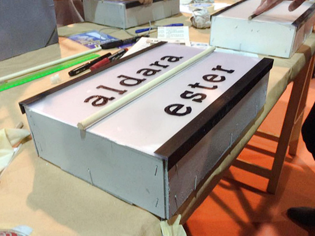 caja-luz-lightbox-diy-caja-fresas-reciclada-creacion-alumnas-taller-diy-crea-asturias