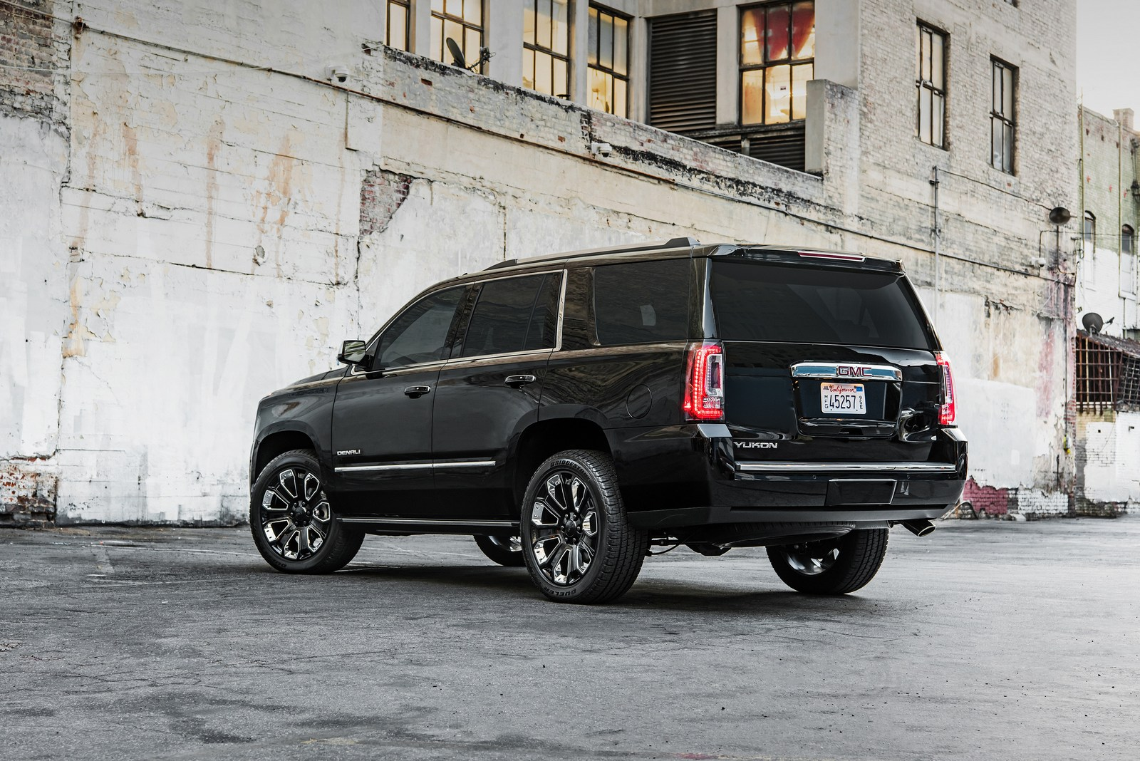 2018 gmc yukon denali ultimate black edition brings the bling to la carscoops. Black Bedroom Furniture Sets. Home Design Ideas