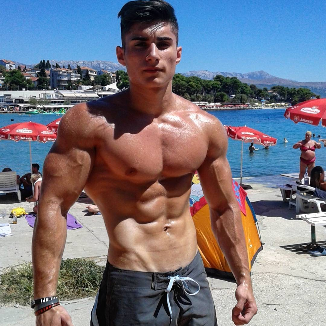 muscled-sexy-dude-wide-shoulders-beach