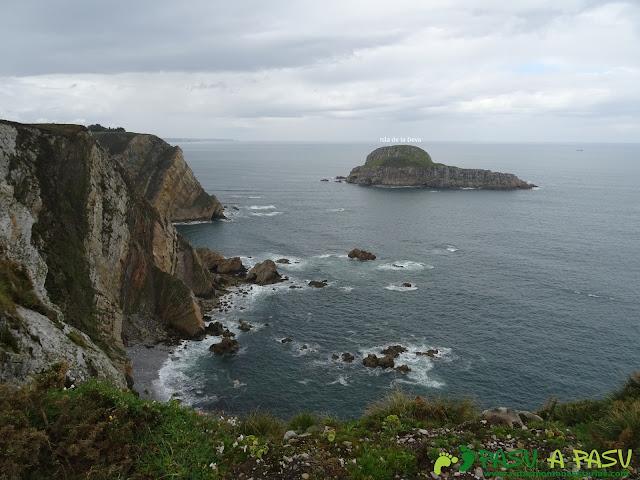 Acantilados enfrente de la Isla de la Deva