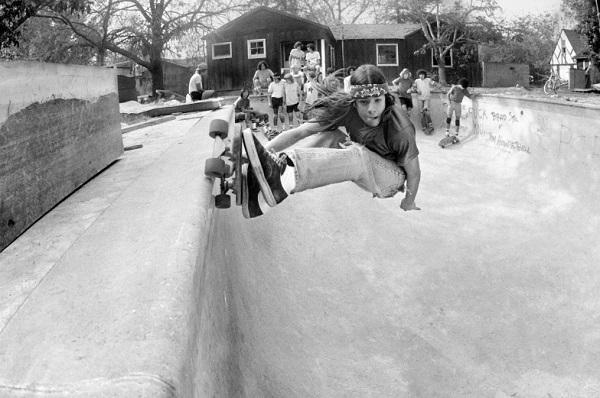 Backyard pool coping - San Franciso Bay Area, 1977 - foto por Hugh Holland | black and white photos | 70s California skaters awesome pics | imagenes chidas, fotos en blanco y negro bonitas