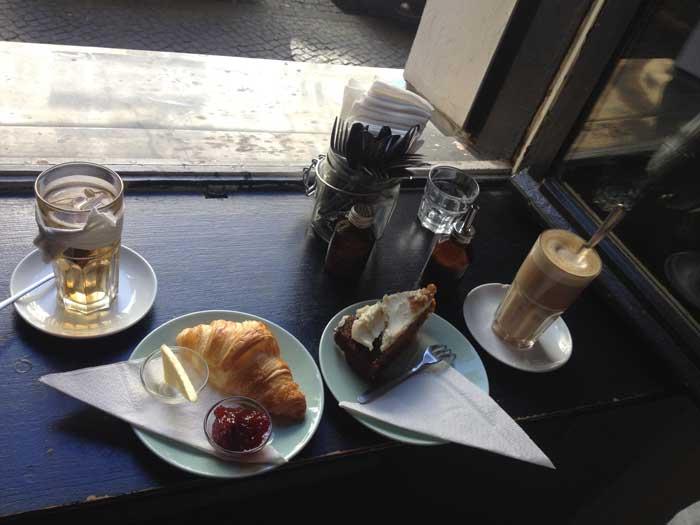 New_Deli_Yoga_croissant_té_tarta_café
