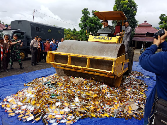 Kemudikan Alat Berat, Walikota Musnakan Ribuan Botol Miras