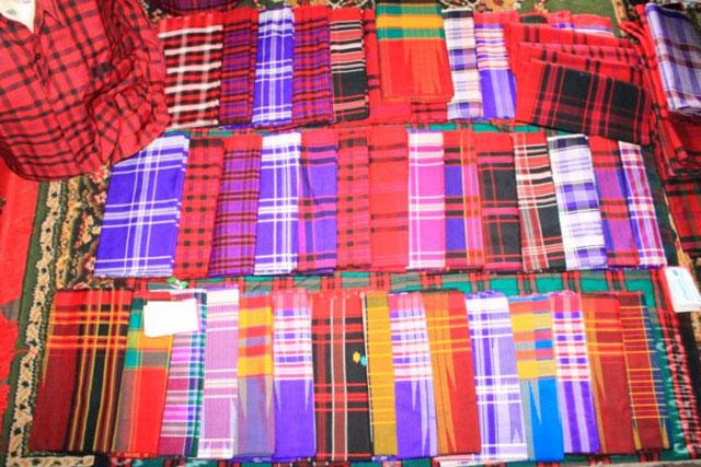 Kain tenun dan sarung khas Bugis