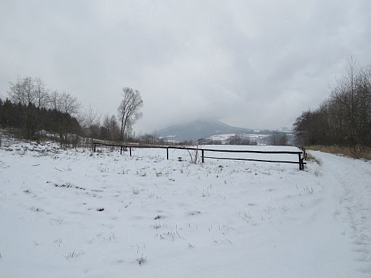 Droga do Dobrej. Przed nami stok Śnieżnicy.