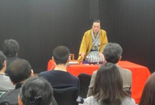 講演会講師・三遊亭楽春の笑顔でコミュニケーション講演会の風景。