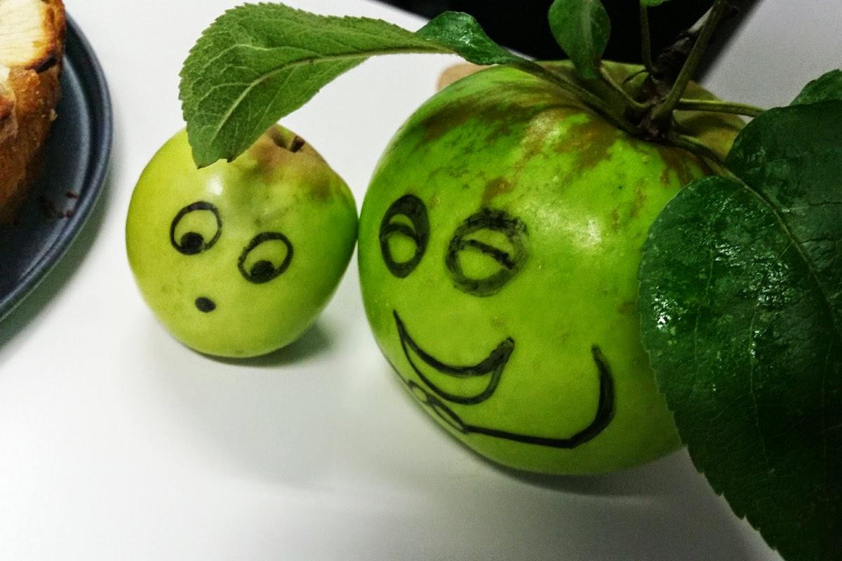 Zwei Äpfel unterhalten sich über Apfelkuchen