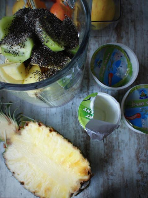 Łowicz,bez lakotzy,kiwi,jogurt grecki,jogurt naturalny,ananas,nasiona chia,banan