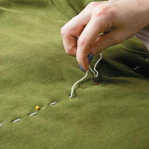 DIY ζεστό κρεβατάκι για το κατοικίδιό σας ανακυκλώνοντας το παλιό σας πουλόβερ