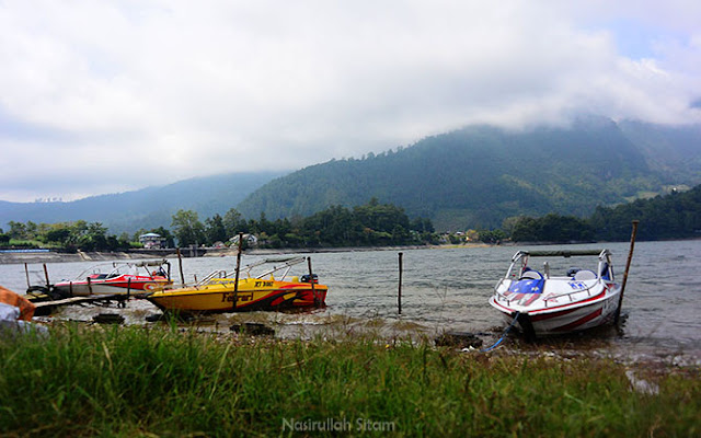 Sejumlah boat tertambat menunggu pengunjung yang ingin berkeliling Telaga Sarangan