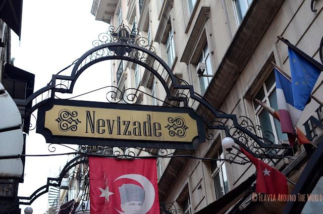 Entrada a la calle Nevizade, Estambul