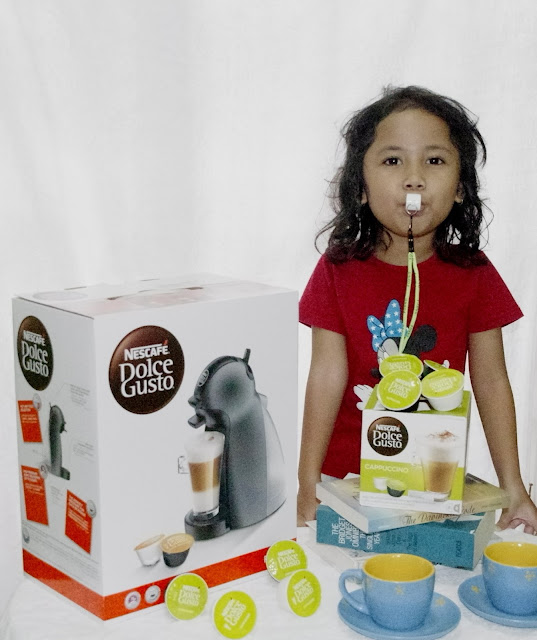 Membuat kopi ala kafe bersama si kecil menggunakan Nescafe Dolce Gusto Piccolo Manual