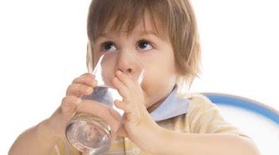 Banyak Minum Air Putih Bikin si Kecil Cerdas