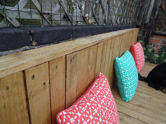 Final touches to pallet seating