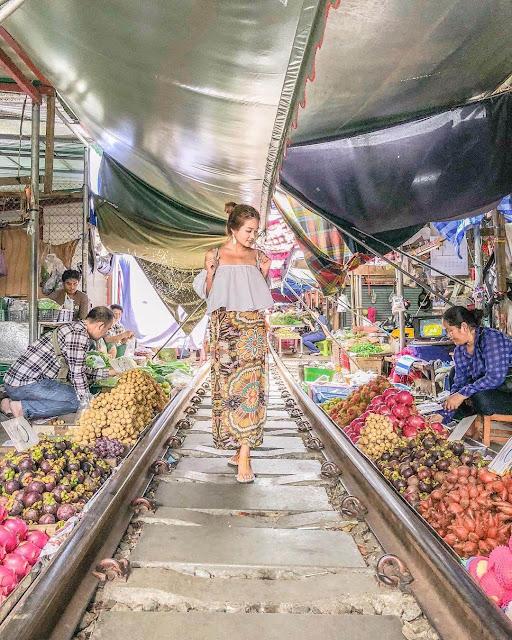 Hình ảnh tiêu biểu khi ghé thăm Maeklong là những sạp bán hàng nằm la liệt hai bên đường ray. Nếu không được chứng kiến đoàn tàu chạy qua, có lẽ nhiều du khách sẽ nghĩ đây chỉ đơn giản là một khu chợ tự phát dựng trên đường ray xe lửa không còn hoạt động.
