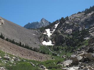 Rückblick auf die Sawtooth Ridge; mein Ausrutscher passierte auf dem höchstgelegenen der Schneefelder im Bild