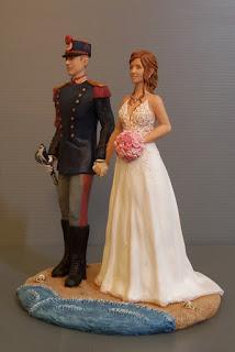statuette sposi personalizzati scultura torta nozze sposo divisa storica orme magiche