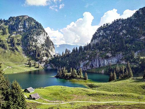 Blick auf See in den Schweizer Alpen