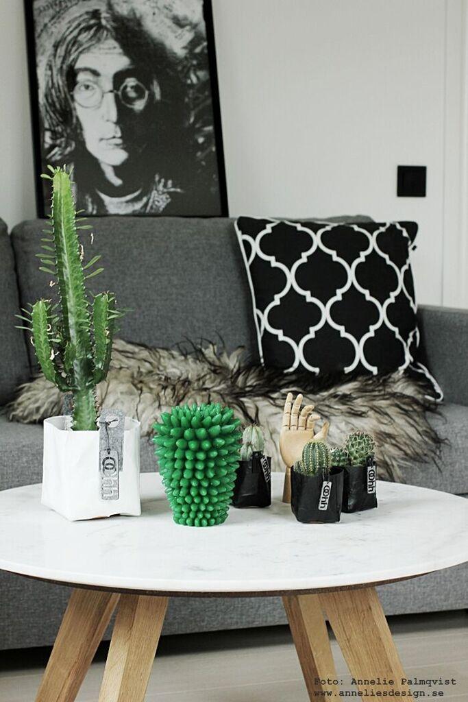 kaktus ljus, kaktusar, kruka, krukor, Oohh, svart och vitt, svartvit, svartvita, fårskinn, kudde, elce stockholm, fårskinnet, isländska, isländskt, marmor bord, soffa, bäddsoffa, gästrum, gästrummet, grått, grå, tygsoffa, furniturebox, annelies design, inredning, webbutik, webbutiker, webshop, john lennon, tavla, tavlor, poster, posters