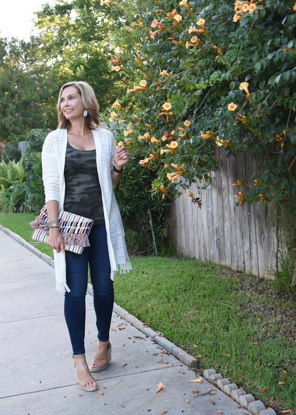 d101fbfa1117db Here's one of the transitional looks I'm loving for fall. You can pop over  to The Queen in Between blog to see a few easy pieces any wardrobe could  use to ...