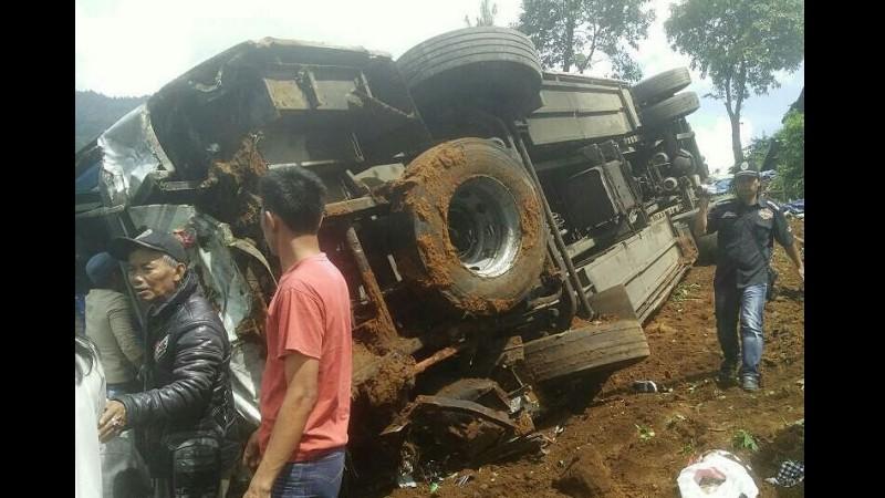 Kondisi bus parawisata yang terbalik akibat kecelakaan di Ciloto