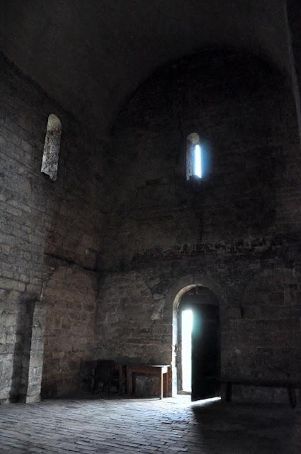 wnętrze romańskiego kościoła w Siewierzu