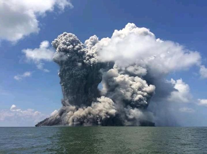 Pericolo forte terremoto tsunami dopo l'eruzione del Vulcano Kadovar in Papua Nuova Guinea