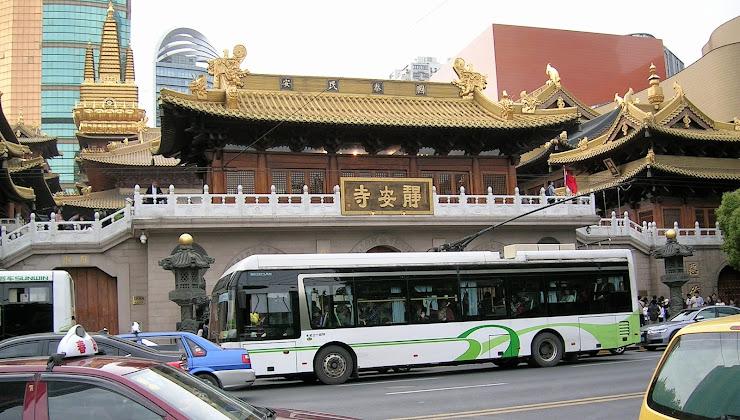 キンキラキンの静安寺とトローリーバス