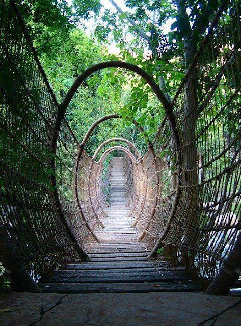 Jembatan Jalan Setapak dengan Tambang