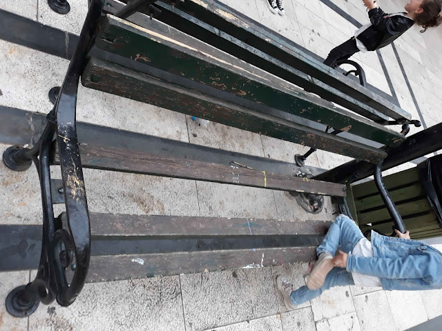 Επικίνδυνο παγκάκι στον πεζόδρομο της Ηγουμενίτσας