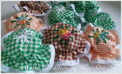 Tampinhas de tecido bordadas para enfeitar os  vidrinhos