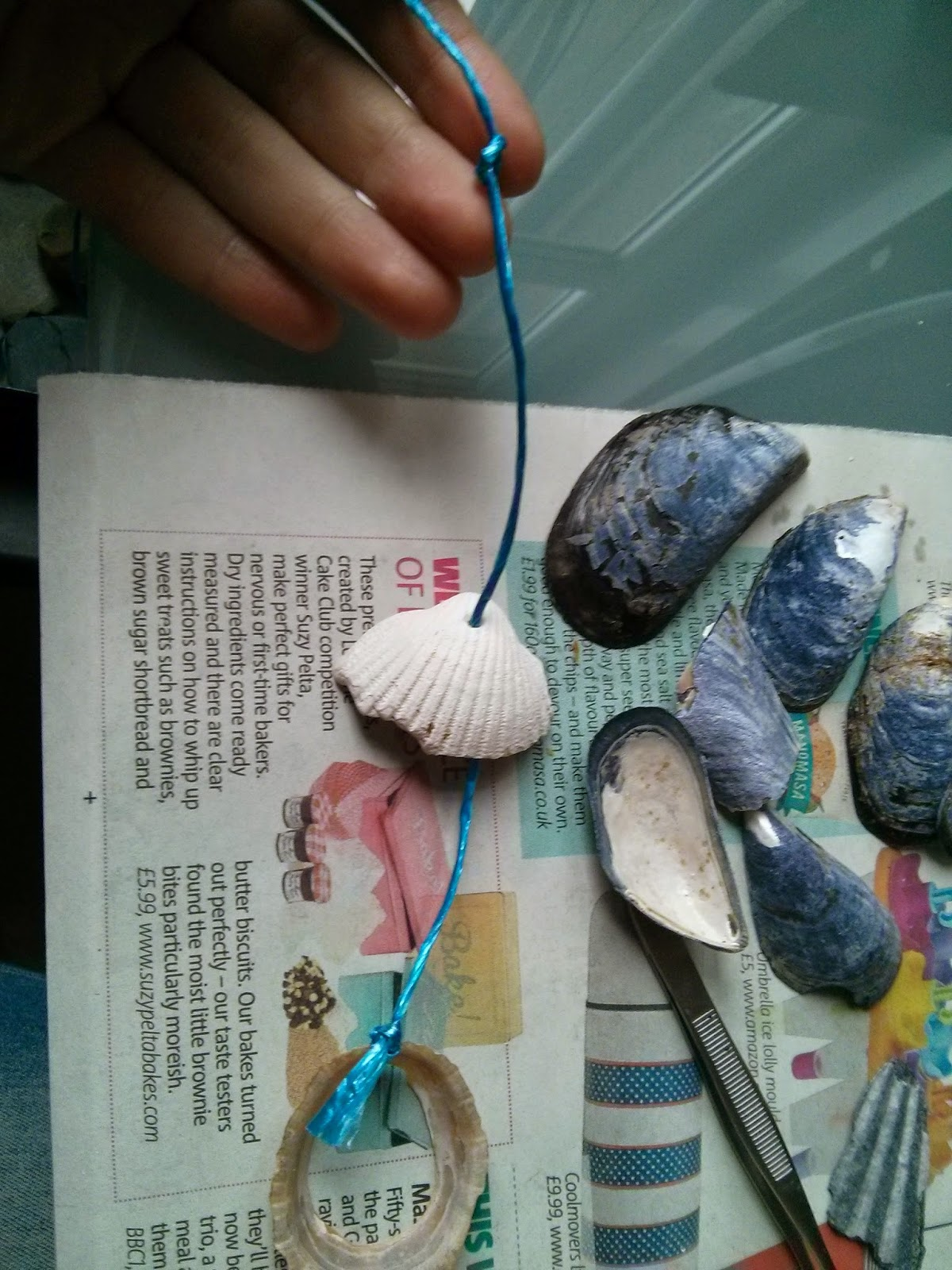 Átfúrt kagylók felfűzése a kagylófüggönyhöz