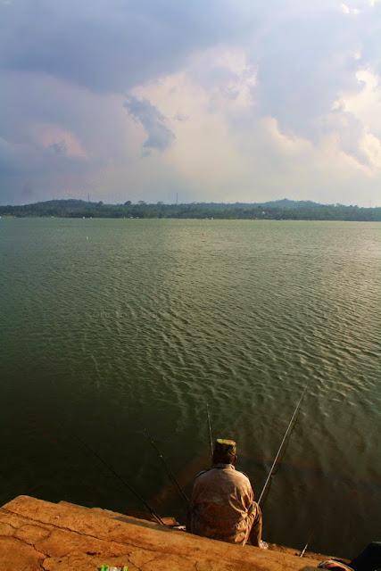 Pemancing di Waduk Darma.