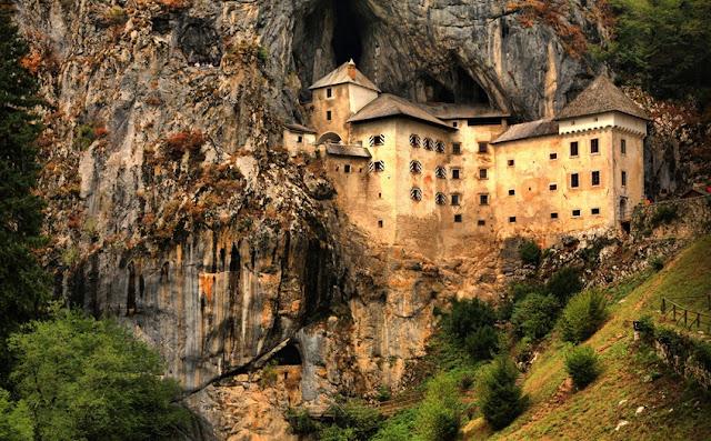 www.fertilmente.com.br - Vista do castelo de Predjama ao longe, repare como o castelo esta literalmente no meio do rochedo