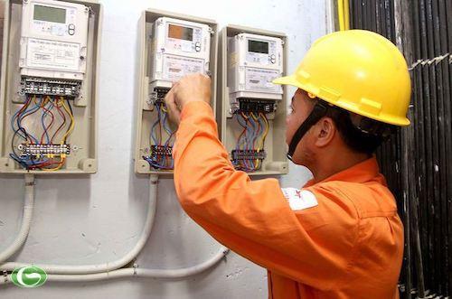 Công nhân ngành điện kiểm tra công tơ dùng điện của các hộ gia đình