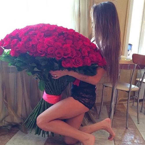 Rosas são as flores mais populares, românticas e sensuais que existem. São uma grande demonstração de amor e afeto , por isso, os buquês de rosas são dos mais presenteados entre os casais.