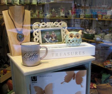 Marco de fotos, búho, caja madera, colgante y tazón coffee
