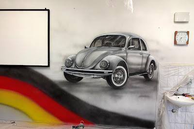 Malowanie samochodu na ścianie w sali języka niemieckiego, artystyczne malowanie aut, Toruń, Usługi malarskie