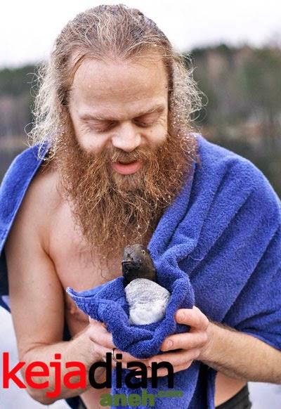 Aksi Berani Selamatkan Bebek Di Danau Beku