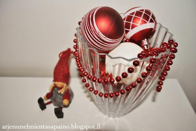 joulukoristeet, pallot, maljakko, asetelma