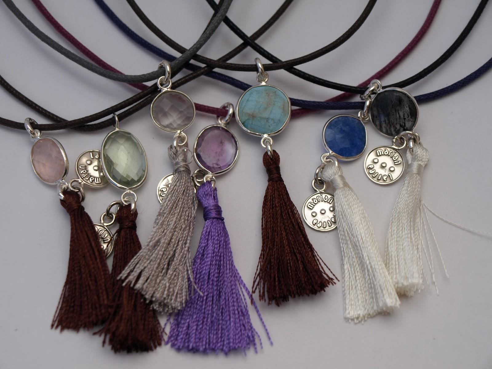 4421201e6921 Colgantes multicolor de piedras semipreciosas con cerco de plata y pompones  de seda