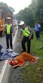 Polisi melakukan olah tkp penemuan mayat yang diduga korban tabrak lari.