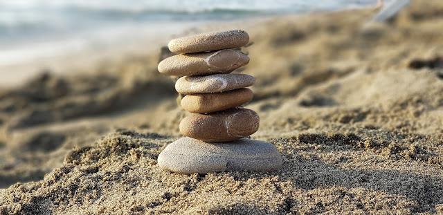 sassolini messi in equilibrio