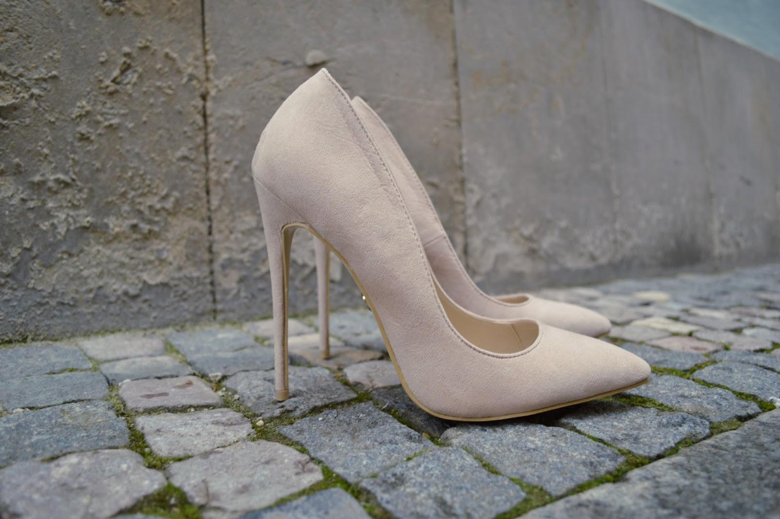35ac4405c883 Dále se podívejme na jarní růžovou barvu vysokých sandálu