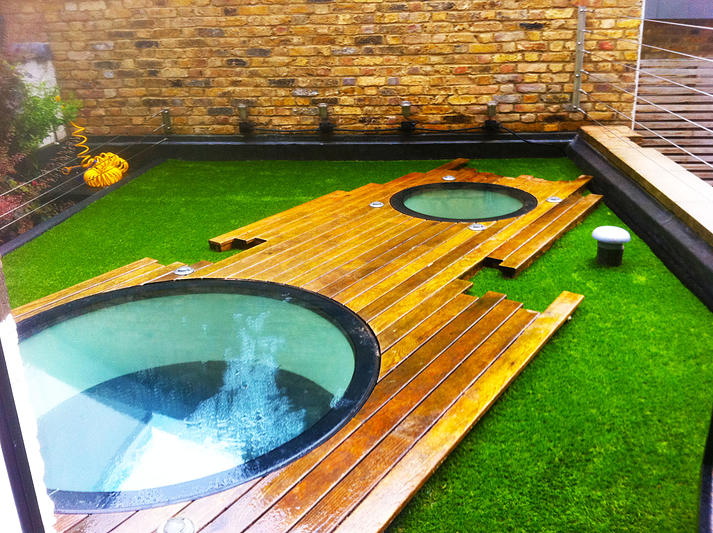 Use artificial grass for balcony and compliment your for Balcony artificial grass