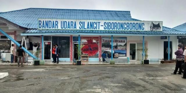 Bandara Silangit, yang berada di Kabupaten Tapanuli Utara, Sumatera Utara. Melalui bandara ini dapat dilakukan penerbangan langsung ke Danau Toba