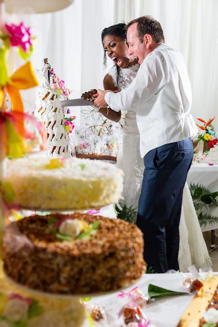 les mariés découpent le gateau mariage en guadeloupe