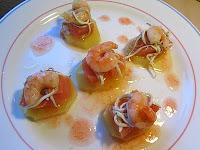 Pincho de patata confitada, dados de salmón, gulas, gambas con vinagreta de fresa